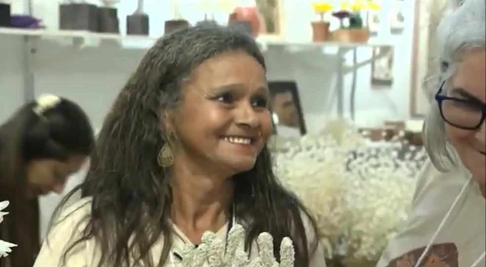 Artesã representante das Marisqueiras, Anilsa Maria da Conceição, diz que o grupo trabalha na confecção dos produtos com escama de peixes corais no litoral sul paraibano (Foto: Reprodução/TV Paraíba)