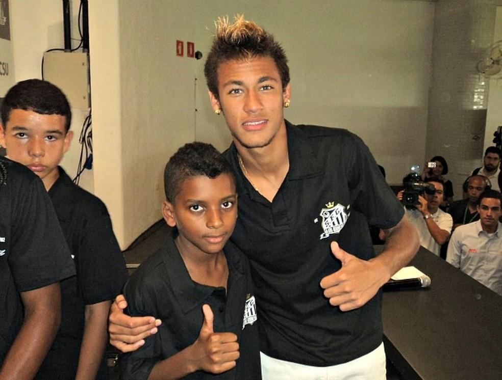 Rodrygo, ainda criança, e Neymar (Foto: Arquivo Pessoal)