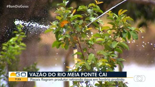Fiscais flagram produtor retirando água do Rio Meia Ponte em horário proibido