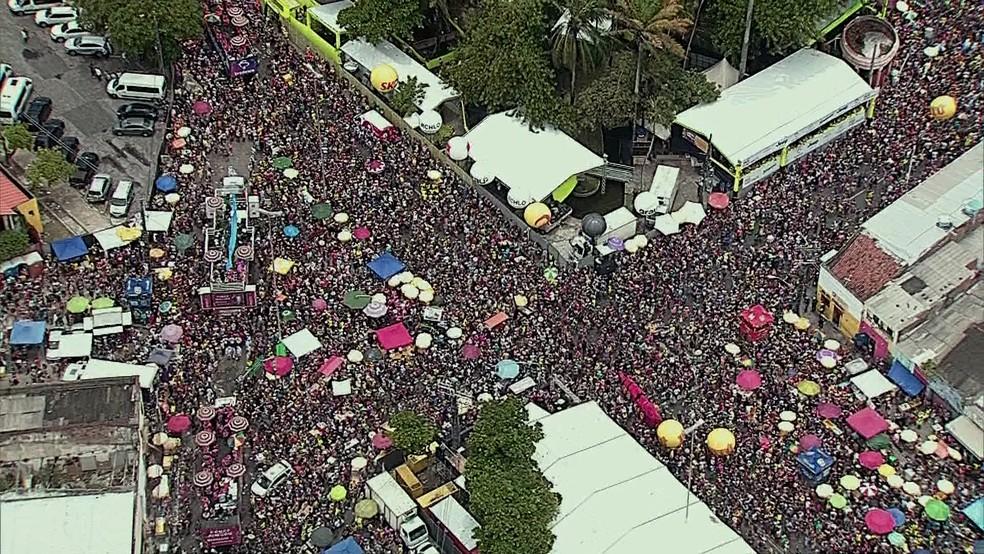 Multidão lotas ruas do Centro do Recife durante desfile do Galo da Madrugada — Foto: Reprodução/TV Globo