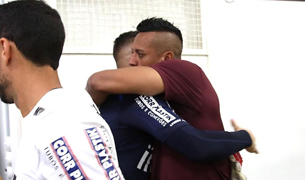 Sidão abraça Jean antes da partida contra o CRB (Foto: Rubens Chiri / saopaulofc.net)
