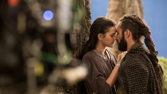 'Deus Salve o Rei': vídeo mostra bastidor do beijo de Catarina e Constantino
