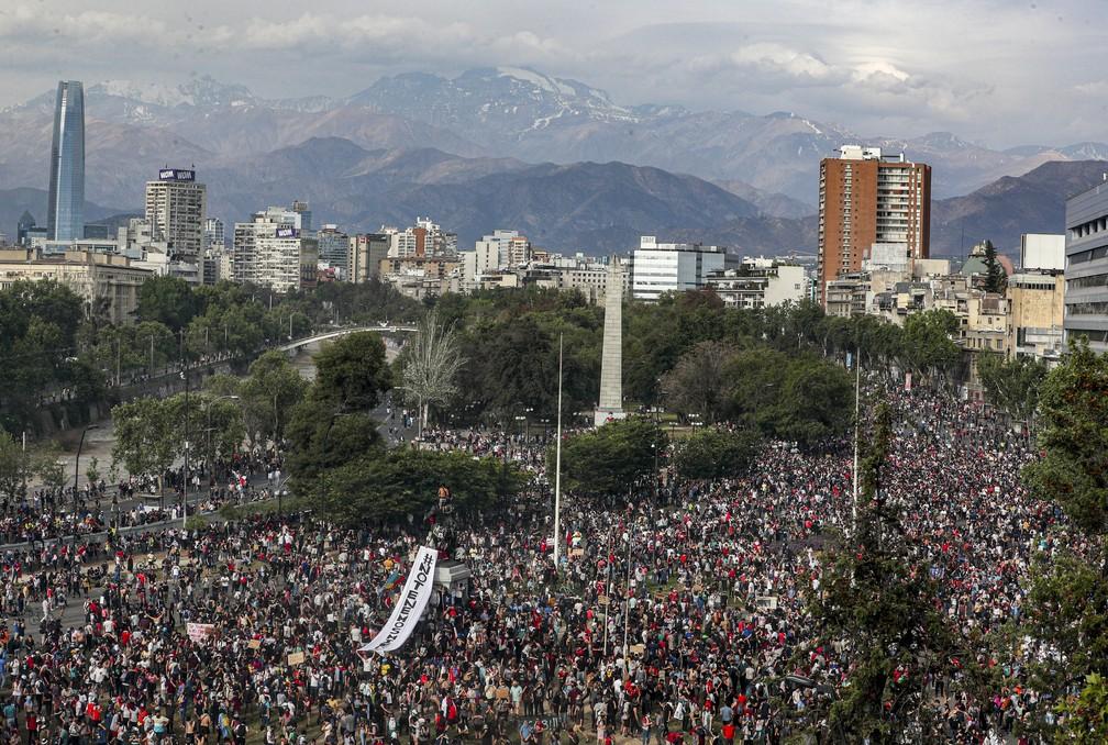 Praça Itália em Santiago, no Chile, tomada por manifestantes na tarde desta terça-feira (22) — Foto: Esteban Felix/AP Photo