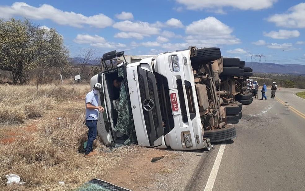 Caminhão tomba e deixa feridos no sudoeste da Bahia. — Foto: PRE / Divulgação