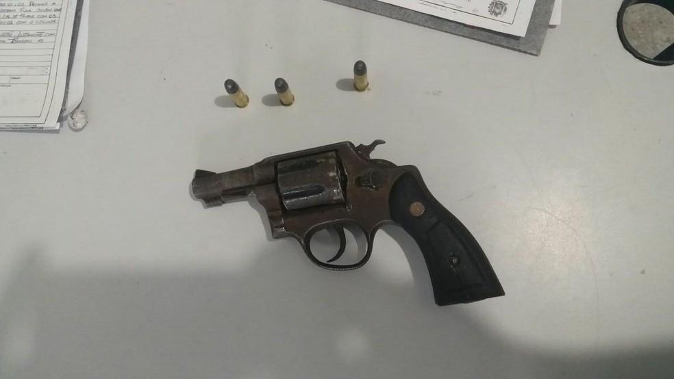 Arma foi encontrada com os suspeitos (Foto: Divulgação/Polícia Militar)