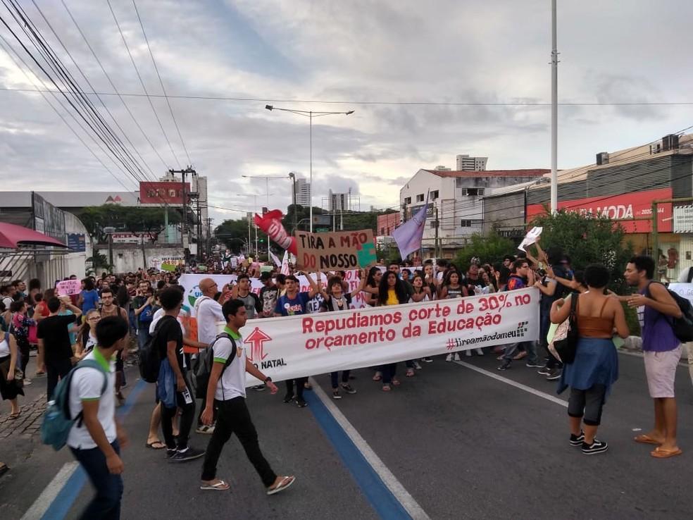 Manifestantes saíram em caminhada na Avenida Salgado Filho — Foto: Rafael Barbosa/G1
