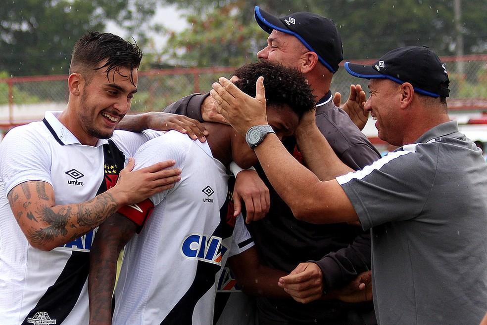 Alan recebeu o carinho dos companheiros de time e do técnico do sub-20 do Vasco, Marcus Alexandre, após gol (Foto: Carlos Gregório Jr.)