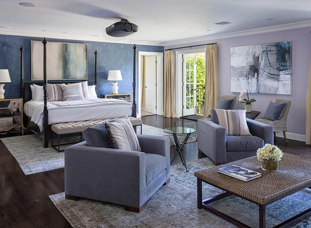 A suíte principal possui um lounge com poltronas e uma varanda (Foto: Berkshire Hathaway HomeServices/ Reprodução)