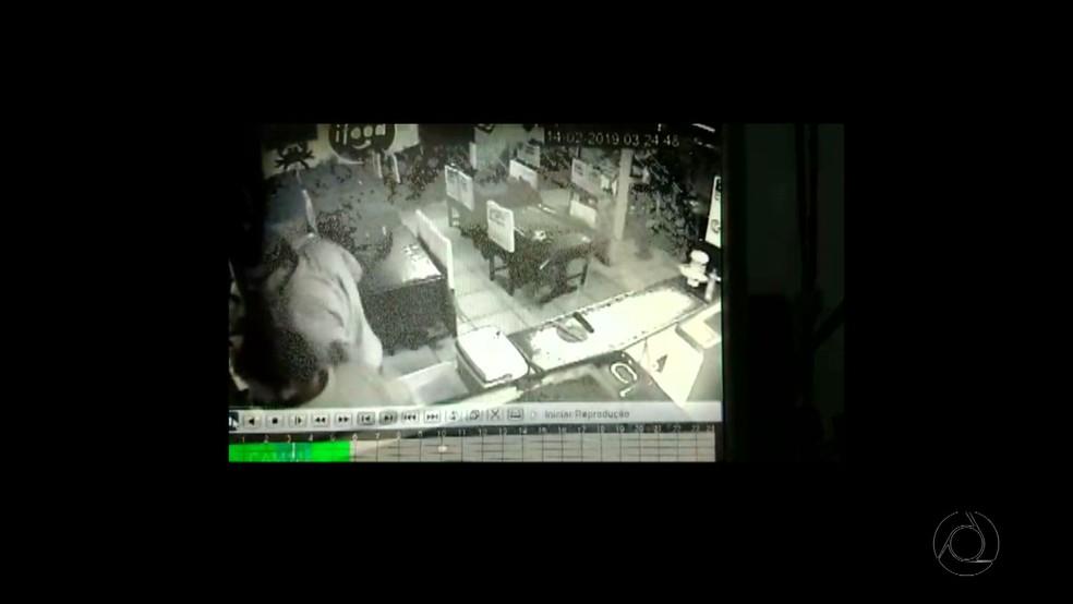 Imagens mostram como foi a confusão no bar, no Geisel, entre policiais civis e um militar — Foto: TV Cabo Branco/Reprodução
