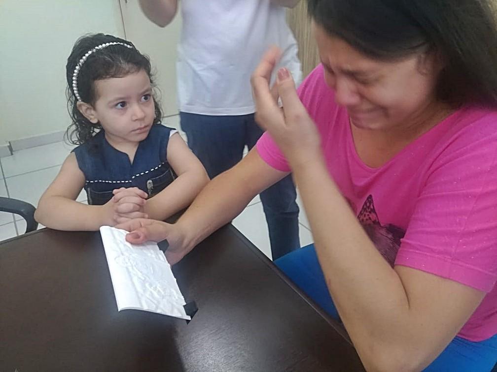 Carla se emociona ao perceber que sentia fotografia com a filha, Piracicaba — Foto: Mateus de Souza Rocha/Arquivo pessoal