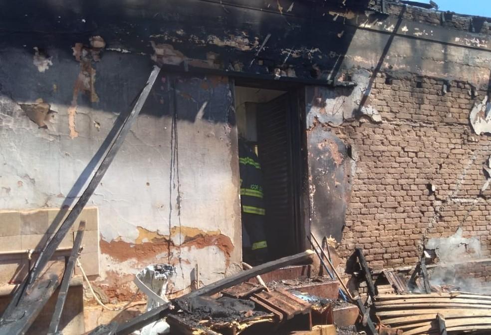 Imóvel ficou destruído após incêndio em Santa Cruz do Rio Pardo — Foto: Corpo de Bombeiros/Divulgação