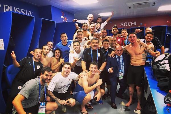 Cristian Rodríguez comemorando no vestiário com seus companheiros de Uruguai (Foto: Reprodução/Instagram)