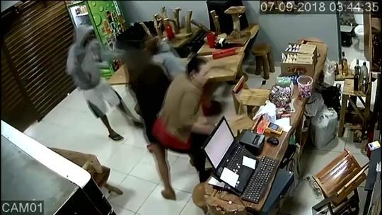 Câmera de segurança registra morte de mulher durante assalto a bar no DF