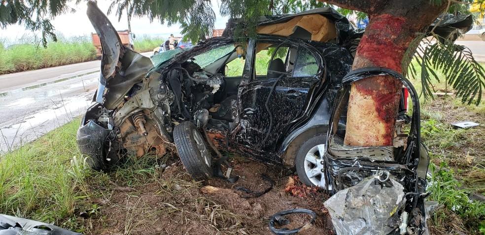 Carro após vítimas serem desencarceradas  — Foto: Rafael Ishibashi/TV Anhanguera