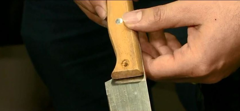 Parafuso coletado durante perícia estava faltando na faca usada no crime — Foto: Reprodução/NSC TV