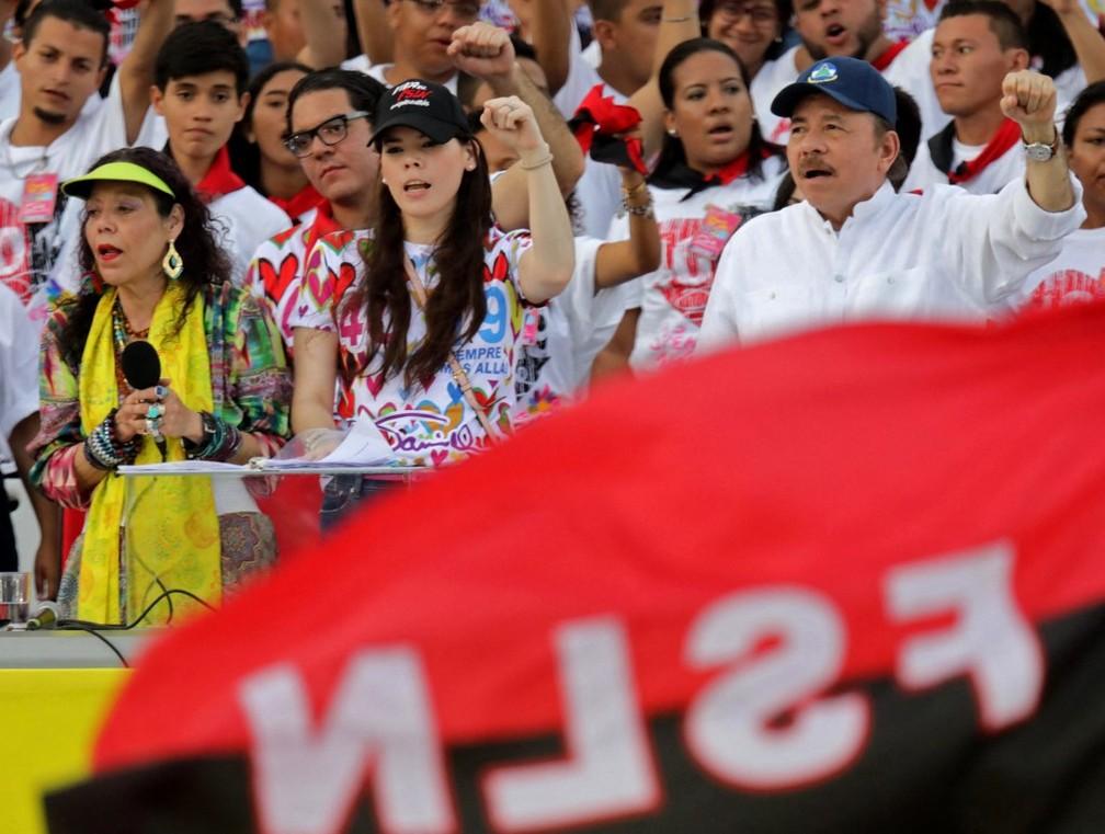 Presidente da Nicarágua, Daniel Ortega (dir.), sua esposa e vice-presidente Rosario Murillo (esq.) e filha Camila Ortega (cen.) em celebração dos 40 anos da revolução sandinista, foto de junho de 2019 — Foto: Inti Ocon/AFP