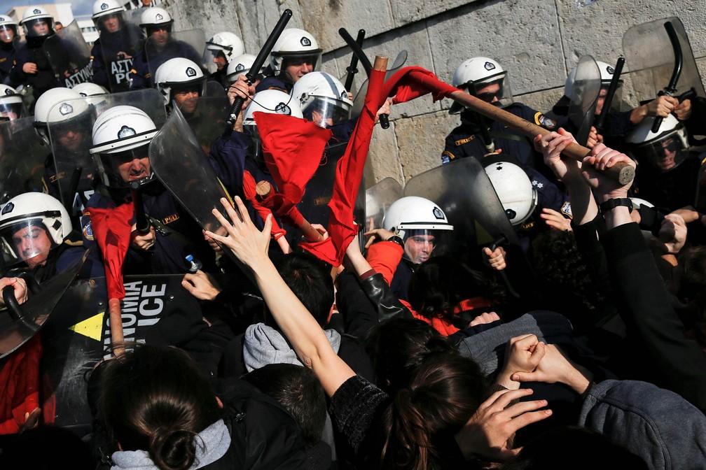 12 de janeiro - Manifestantes entram em confronto com policiais durante manifestação contra reformas previstas pelo governo diante do Parlamento grego em Atenas (Foto: Alkis Konstantinidis/Reuters)