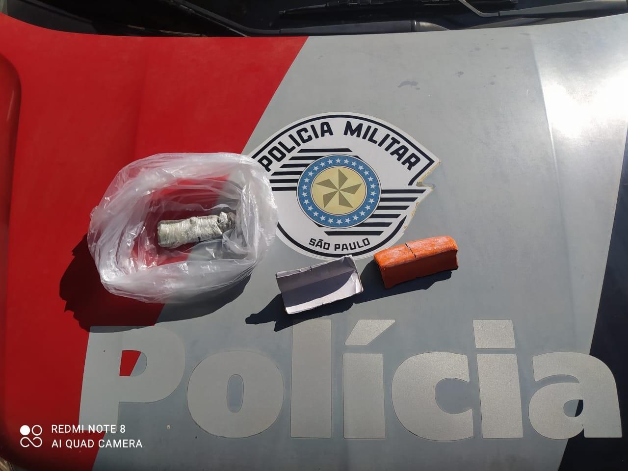 Esposa de detento é presa com 31 folhas de K4 e porção de pasta base de cocaína escondidas nas partes íntimas