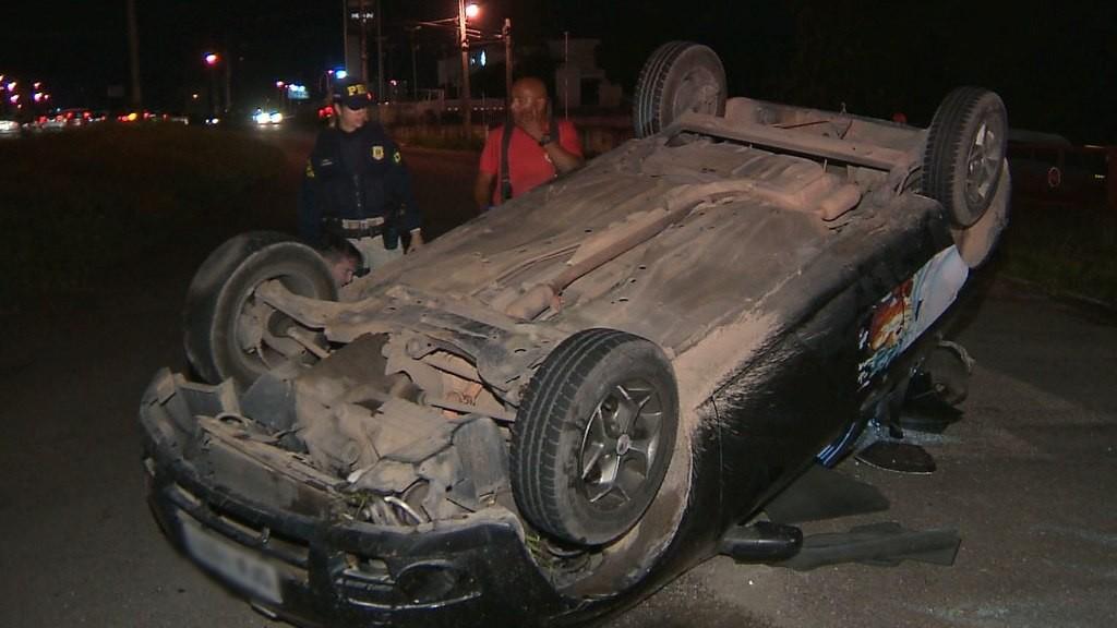 Polícia encontra latas de cerveja e droga dentro de carro após capotagem, na PB - Noticias