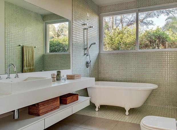 O banheiro, ampliado em uma reforma, tem banheira vitoriana Hampshire, da Doka Bath Works. Bancada de Silestone Blanco Zeus e piso de porcelanato, da Portinari (Foto: Edu Castello)