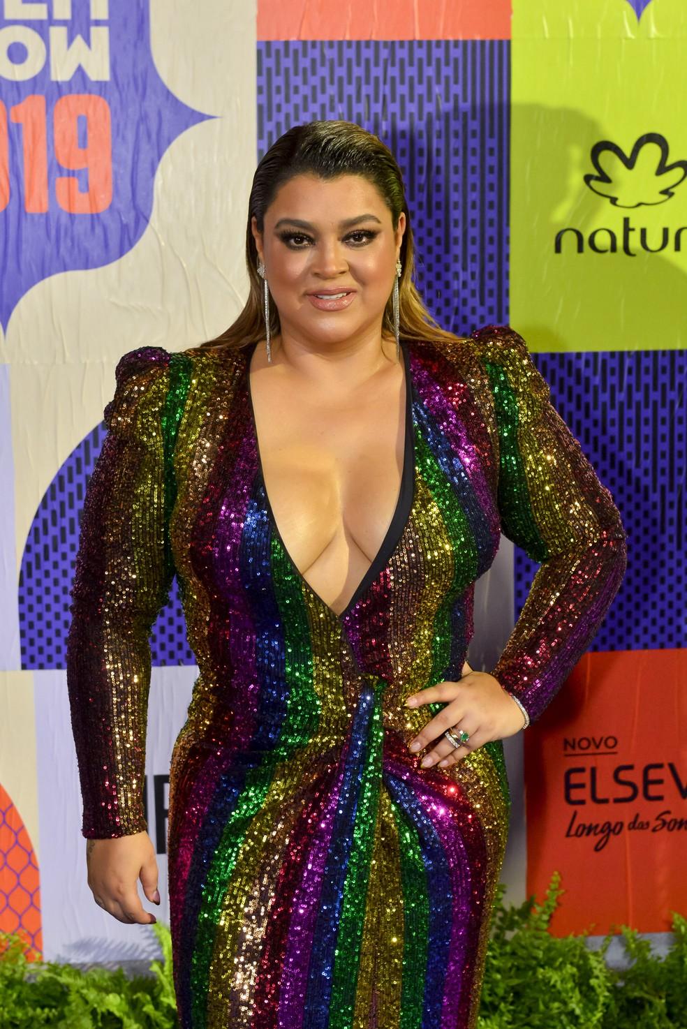 Preta Gil apareceu com decote profundo em vestido multicolorido de cristais. É o poder! — Foto: Fabio Cordeiro/Gshow