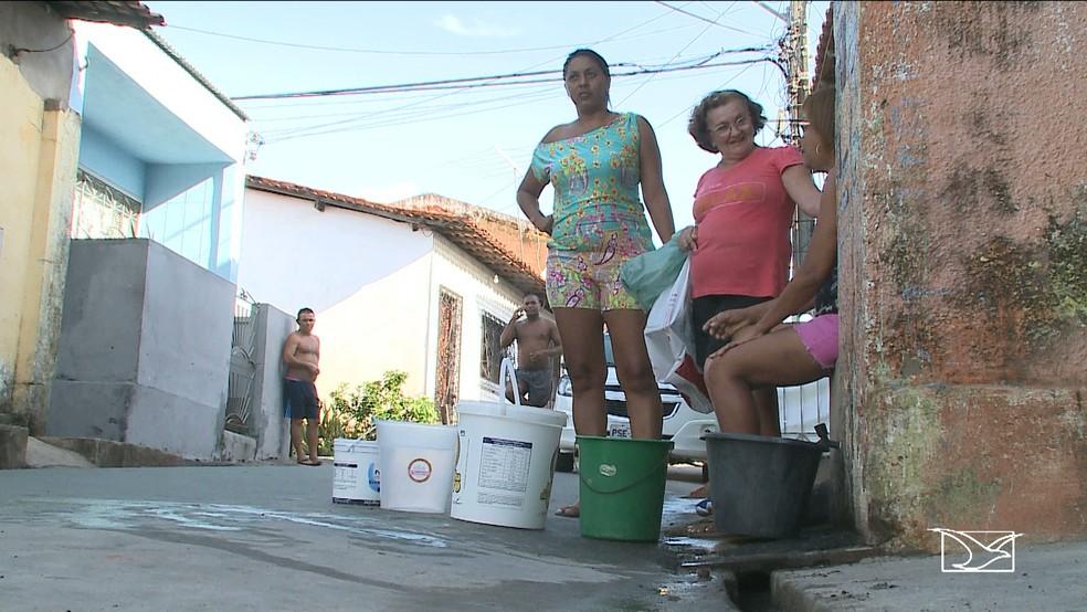 Famílias do bairro Santa Cruz se encontram para retirar água da torneira de um vizinho. A única alternativa para garantir água em casa.  (Foto: Reprodução/TV Mirante)