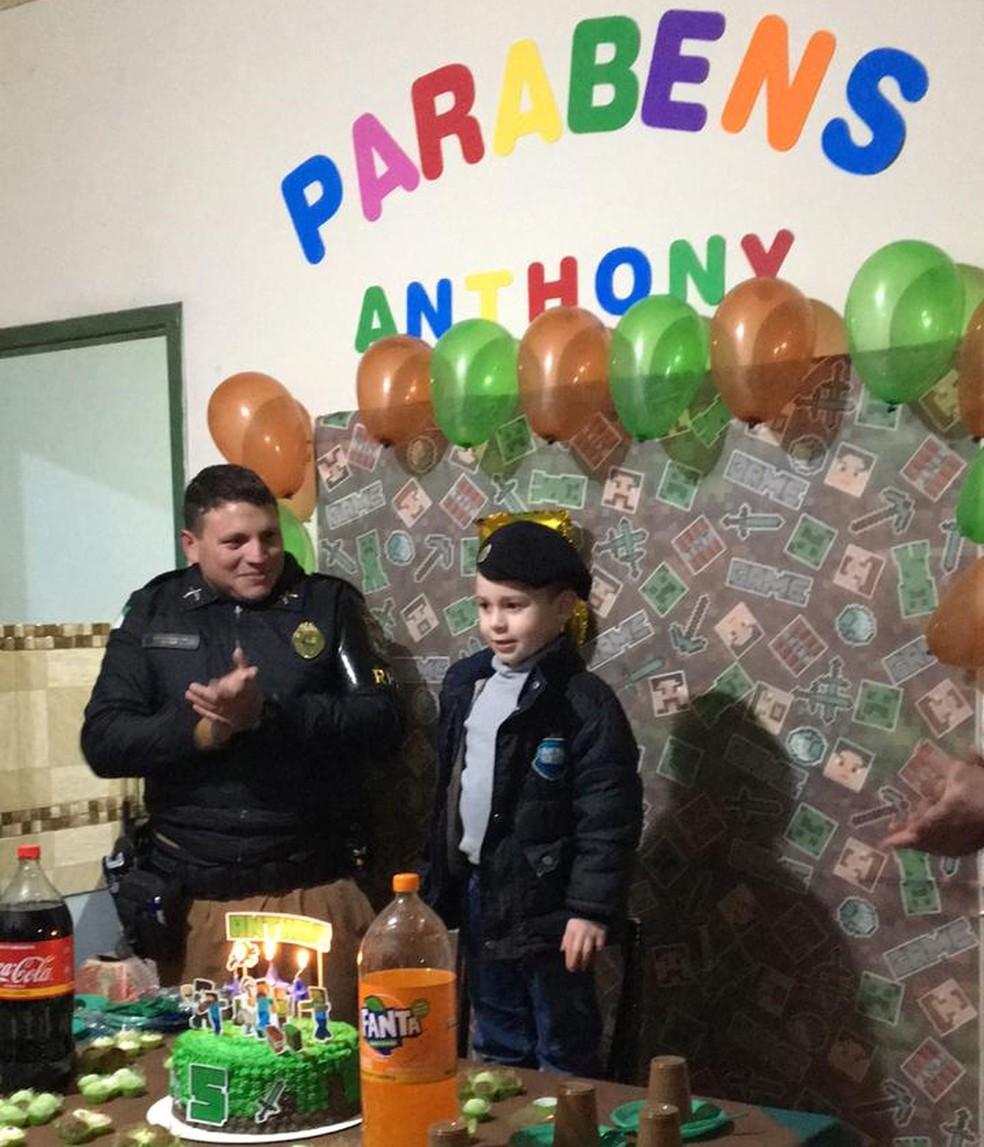 Policiais foram até a casa de Anthony para cantar parabens para o menino — Foto: Arquivo pessoal/ Perla Cuimachovicz