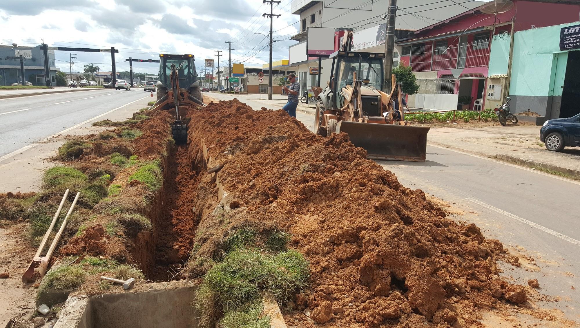 Dnit realiza obra de drenagem em canteiro da BR-364 em Ji-Paraná, RO