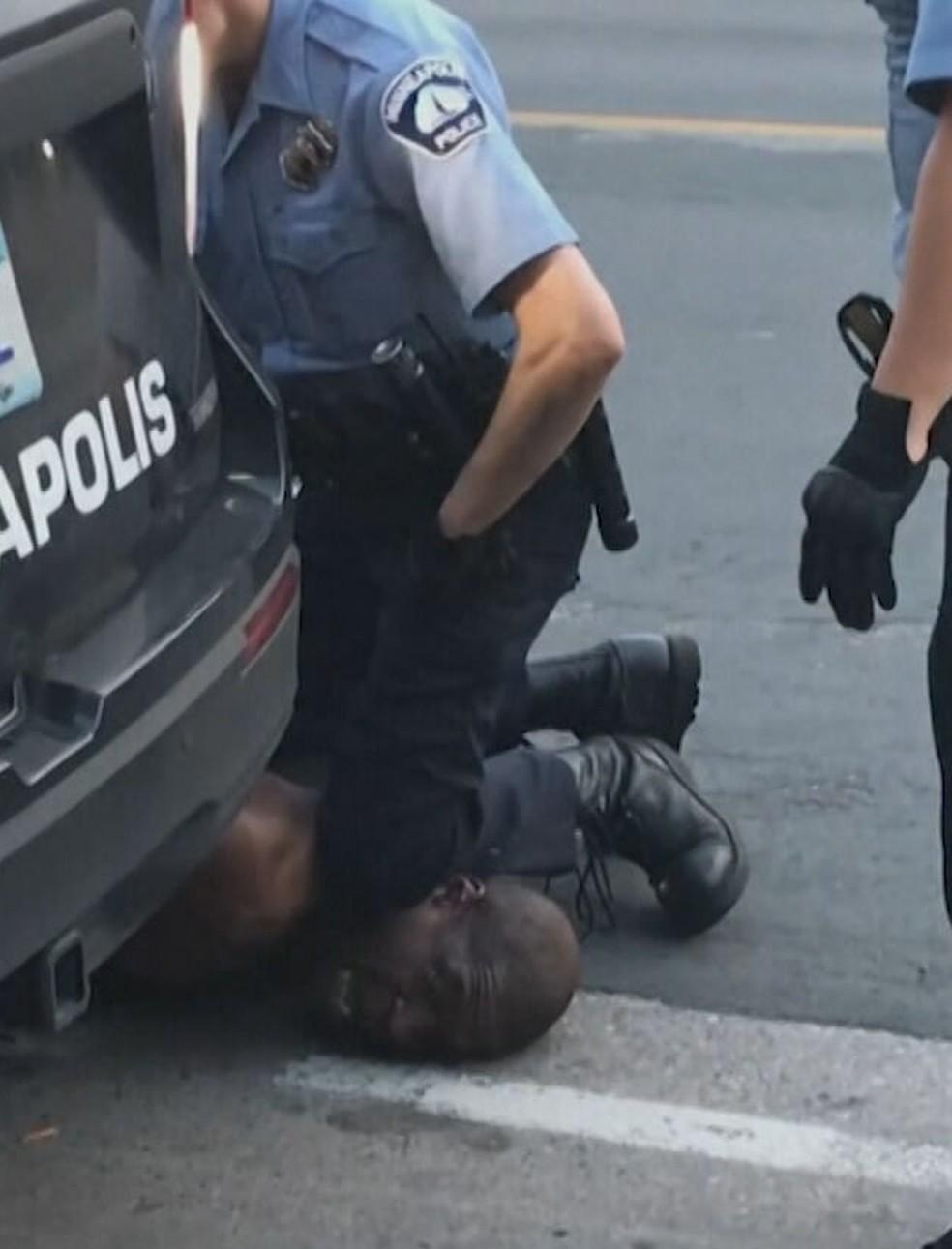 George Floyd sendo imobilizado pelo policial Derek Chauvin — Foto: Jornal Nacional/ Reprodução
