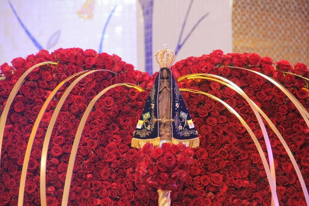 Imagem foi carregada em um andor durante a missa solene — Foto: Carlos Santos/G1