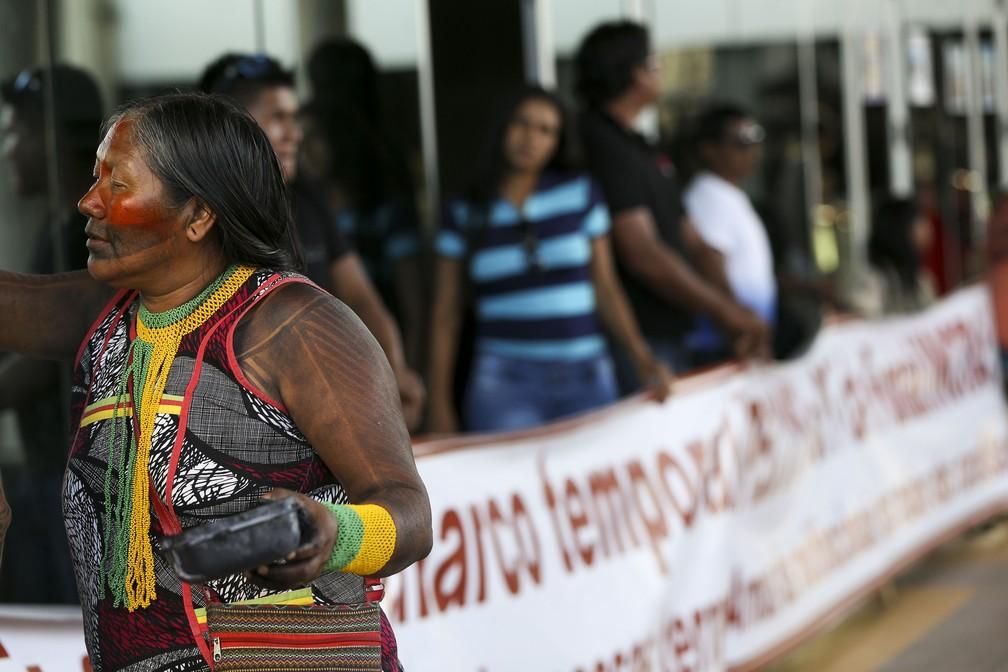 Índigenas e servidores em frente ao prédio da Funai (Foto: Marcelo Camargo/Agência Brasil)