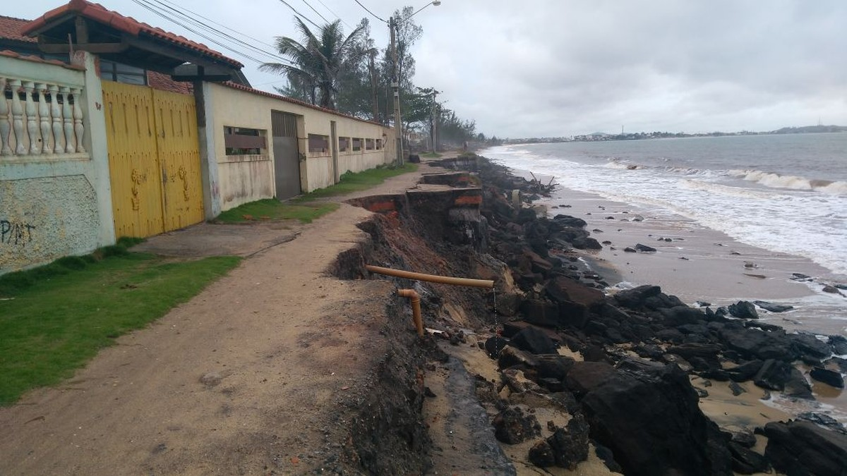 Calçadão desaba com avanço do mar na Praia de Abricó, em Rio das Ostras, no RJ