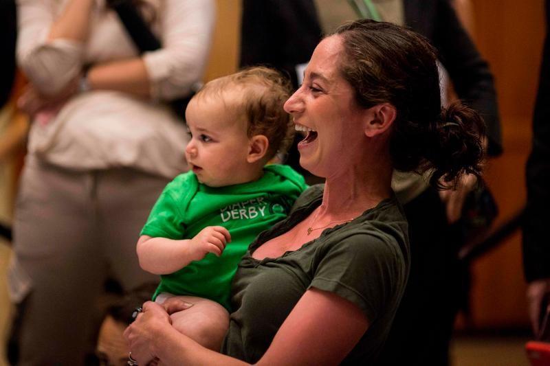 Mãe americana segura bebê: número de nascimentos caiu nos EUA