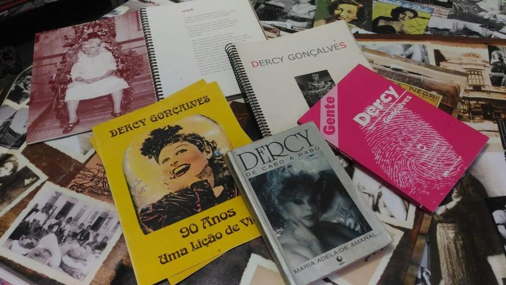 Nestor também mantém em seu acervo livros que falam sobre a história de Dercy (Foto: Nestor Lopes/Arquivo Pessoal)