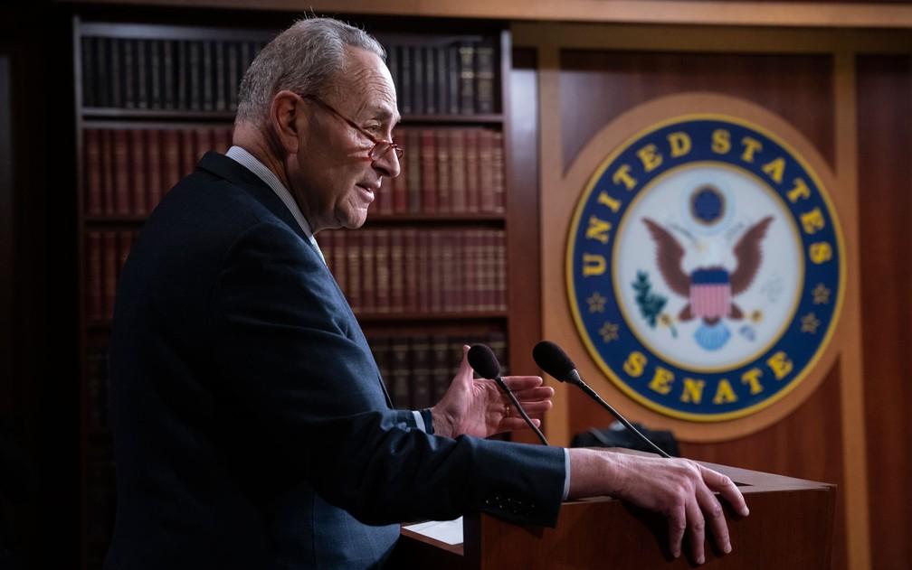 O líder do Partido Democrata no Senado, Chuck Schumer, fala com jornalistas após o Sendo rejeitar a declaração de emergência nacional do presidente Donald Trump, na quinta-feira (14) — Foto: AP Photo/J. Scott Applewhite