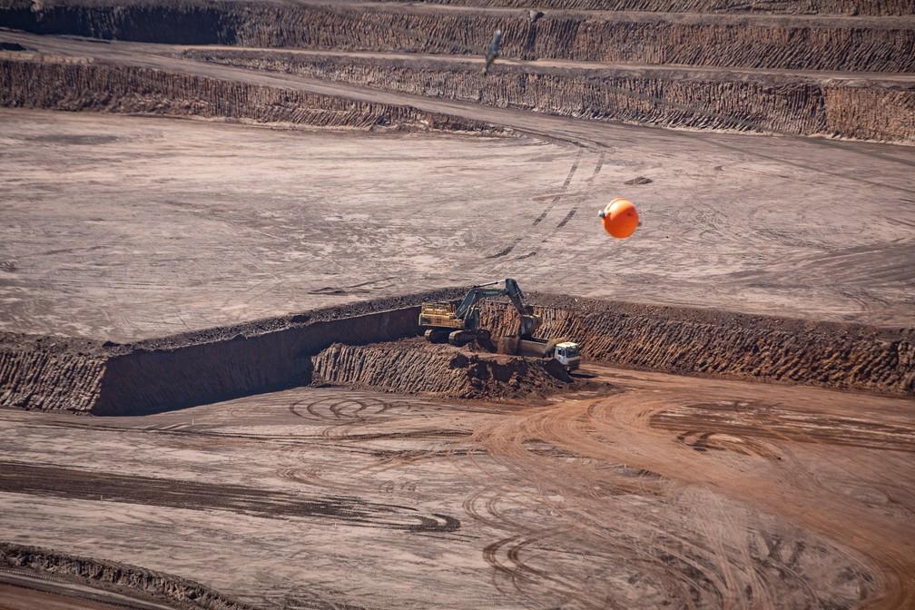 Exploração de nióbio na mina de Araxá é toda feita a céu aberto, sem uso de explosivos; apenas com escavadeiras — Foto: Fábio Tito/G1