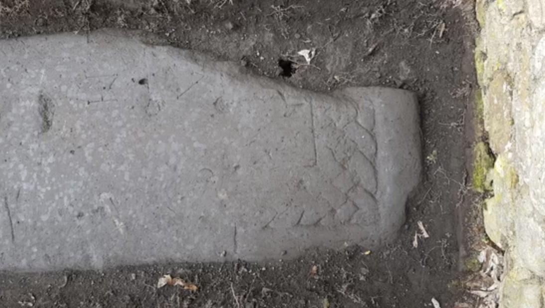 Uma das lápides encontradas, parte das pedras Govan (Foto:  Tom Horne/ Reprodução)