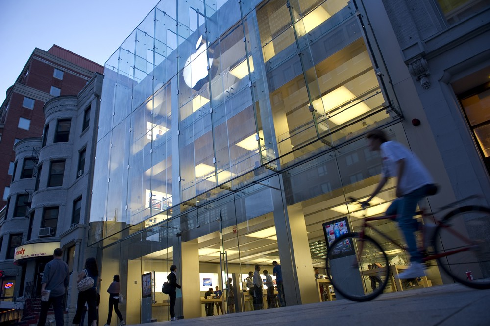 BOSTON, MA  - SEPTEMBER 5:  Shoppers on Boylston Street in Boston, Massachusetts walk past the Apple Store on Monday, September 5, 2011.      (Photo by Ann Hermes / The Christian Science Monitor via Getty Images) (Foto: Christian Science Monitor/Getty)