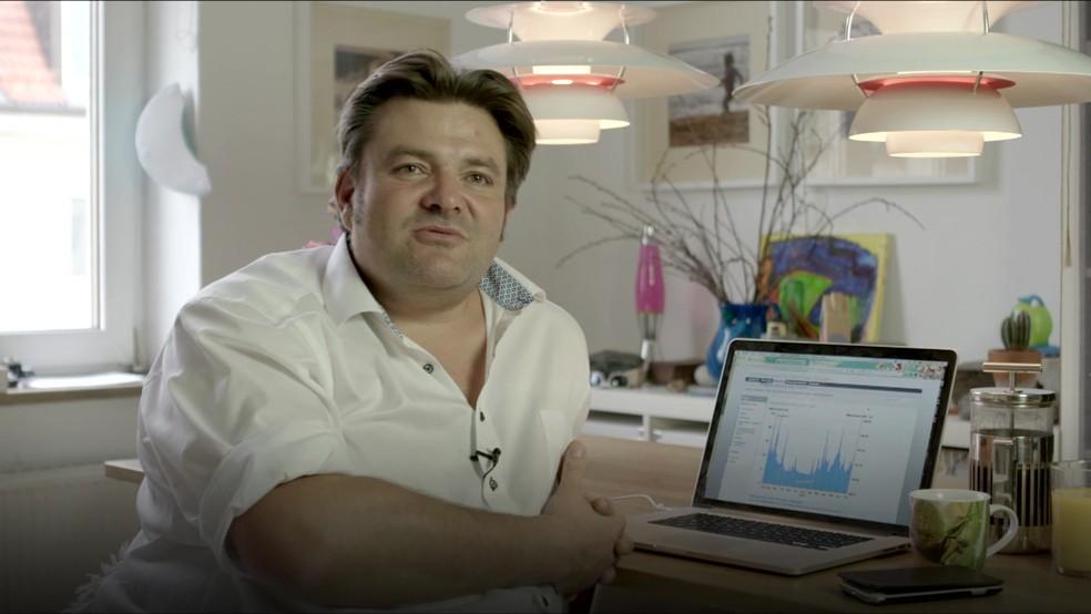 David checa as condições da água e decide se vestirá roupa curta ou longa de neoprene (Foto: BBC)