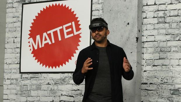 Funcionário da Spatial usa HoloLens durante exibição (Foto: Divugação)