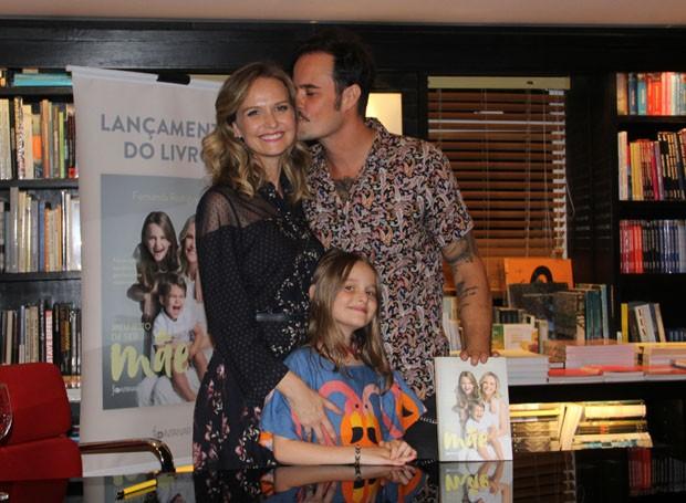 Fernanda Rodrigues ganha carinho de Paulo Vilhena em lançamento de livro (Foto: J Humberto/AgNews)