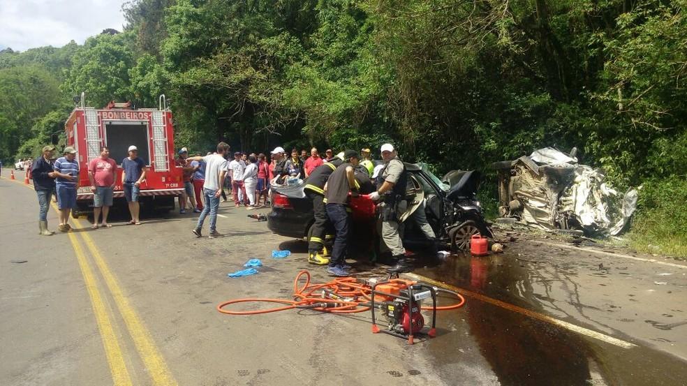 Equipes de emergência durante atendimento das vítimas (Foto: Eduardo Godinho/Rádio Aurora)