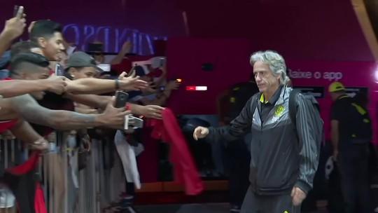Com corredor de torcedores na porta do hotel, Flamengo chega a Brasília para o clássico