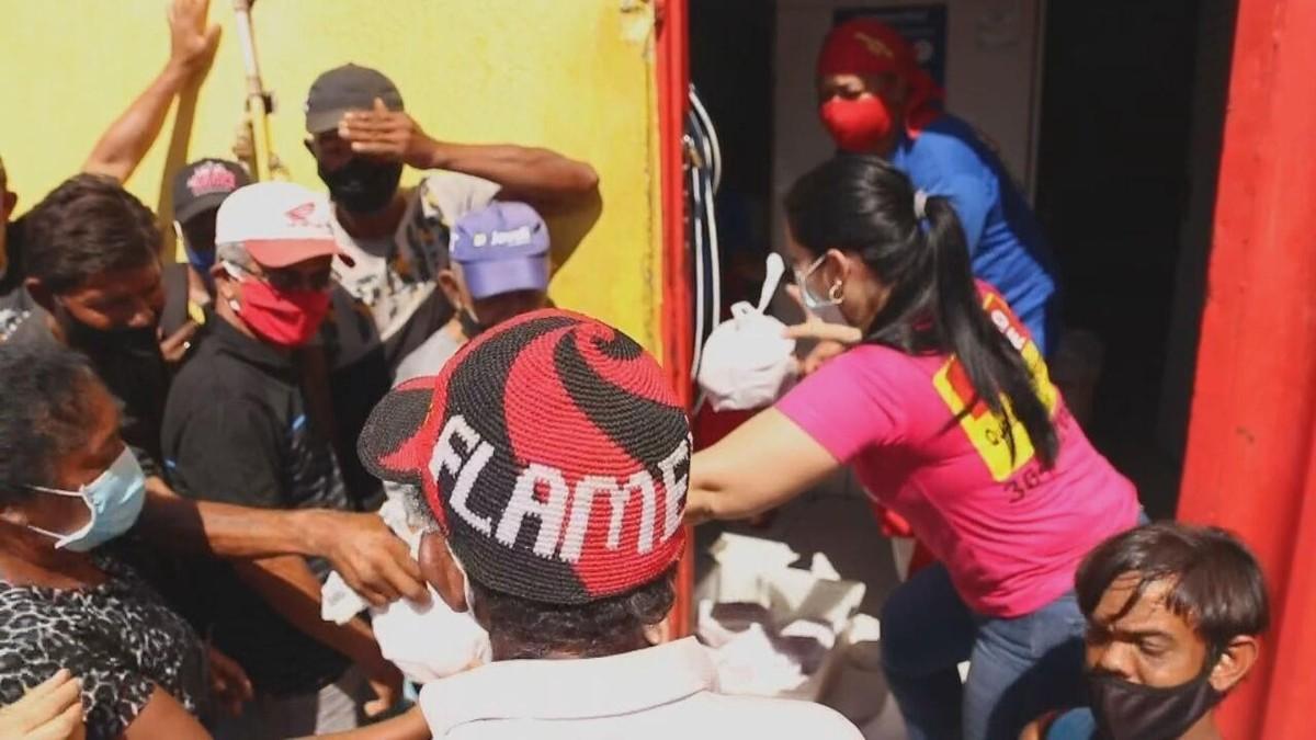 Fila para conseguir doação de ossos é flagrante da luta de famílias brasileiras contra a fome