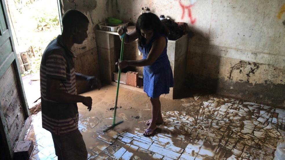 Moradores que tiveram residência afetada perderam móveis, eletrodomésticos e objetos pessoais, em São Sebastião do Passé — Foto: Juliana Cavalcante/TV Bahia