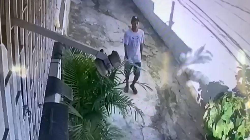Imagens de câmera de segurança mostram Wallace deixando o local do crime — Foto: Reprodução/PCERJ