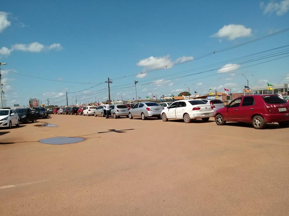 Carros fazem fila para abastecer em um dos poucos postos de Porto Velho que ainda tem combustível (Foto: Hosana Morais/ Rede Amazônica)