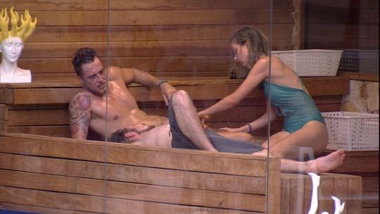 Fernanda faz massagem em Daniel na sauna e reclama das brincadeiras de William