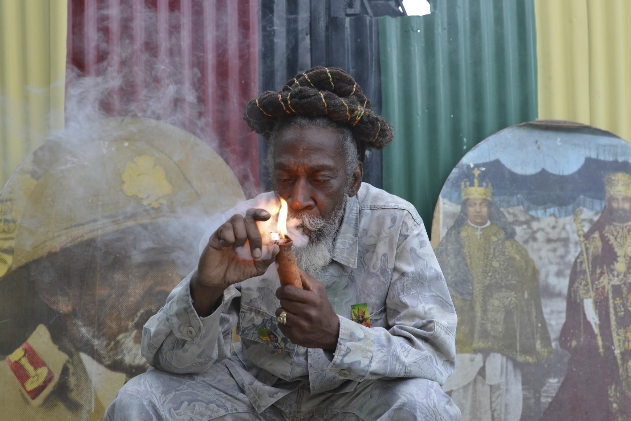Bunny Wailer, que fundou The Wailers com Bob Marley e Peter Tosh, morre aos 73 anos