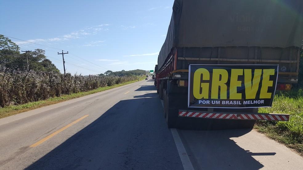 Caminhoneiros continuam em paralisação em RO (Foto: Pâmela Fernandes/ G1)